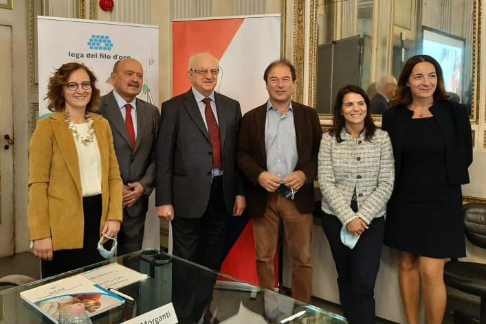Un gruppo di persone composto da tre uomini e tre donne e in cui c'è anche il Presidente Rossano Bartoli posa per una foto di gruppo.