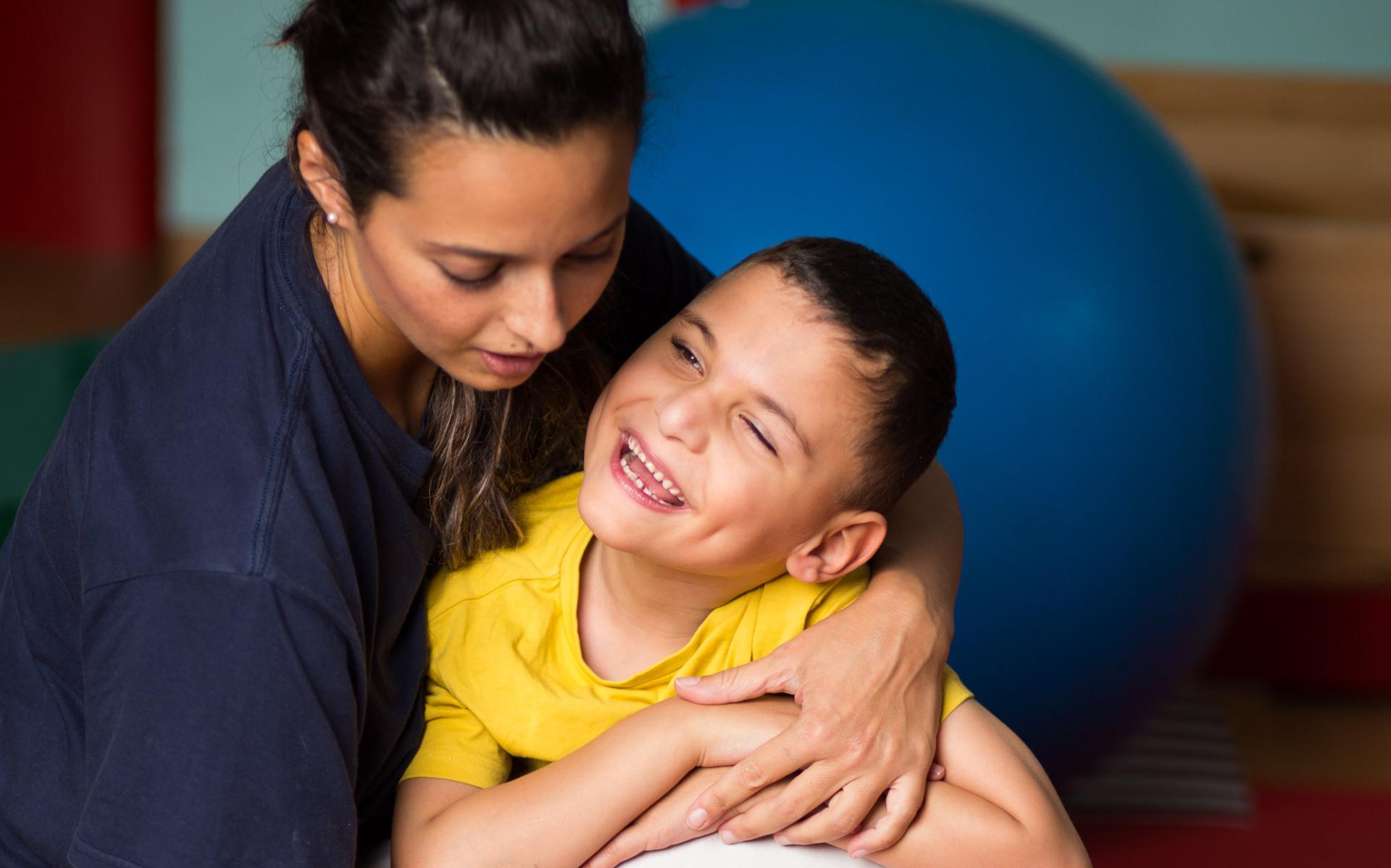 Francesco, un bambino della Lega del Filo d'Oro fa attività di fisioterapia con la sua fisioterapista