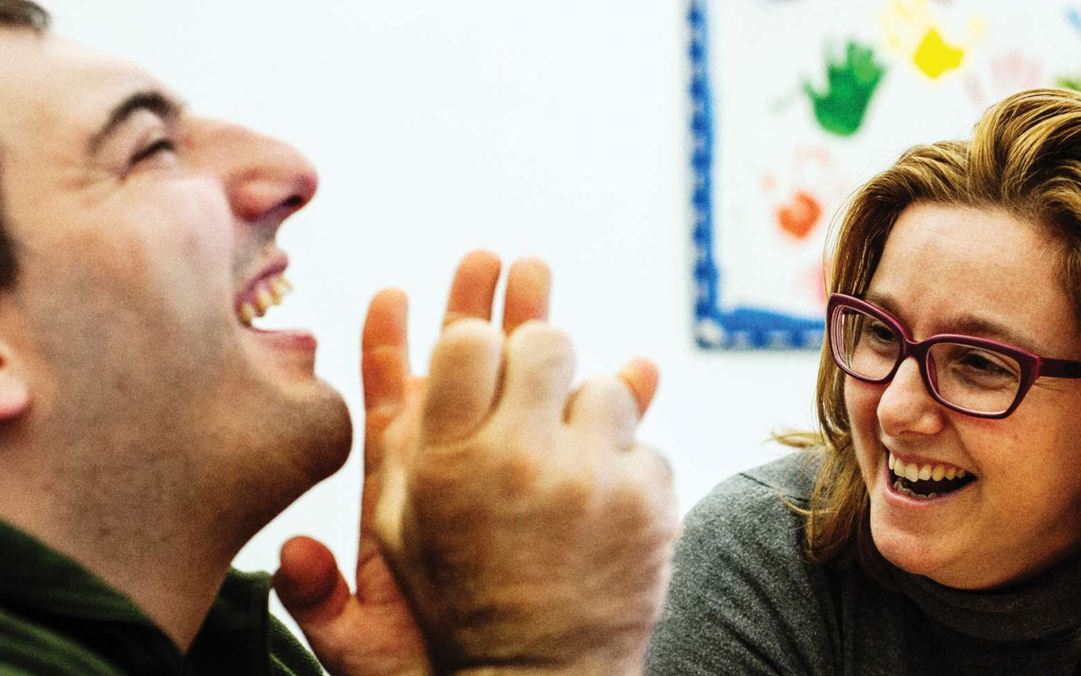 Una donna e un utente della sede territoriale di Osimo ridono.