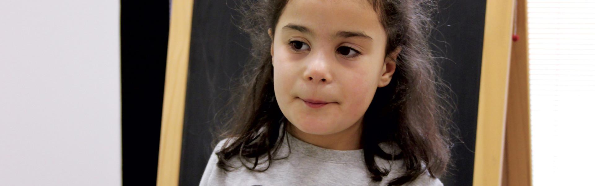 Angelica bambina utente del Centro di Osimo in un'aula del Centro Nazionale