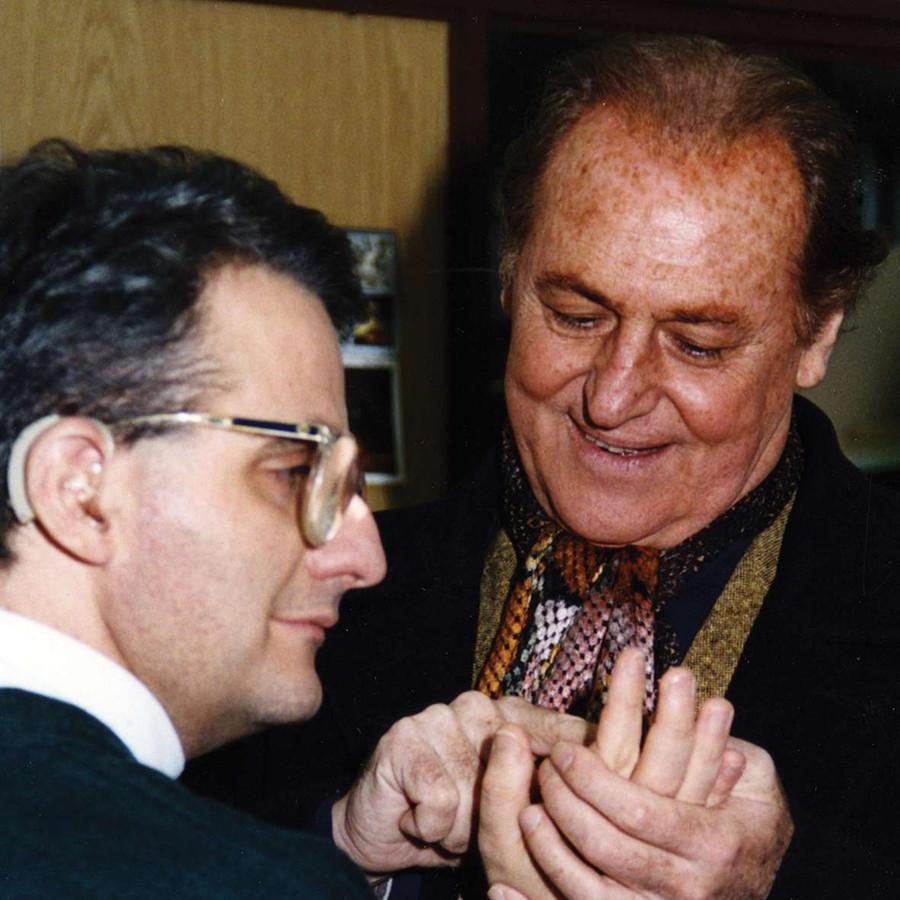 Renzo Arbore incontra un utente sordocieco e lo saluta con il Metodo Malossi.
