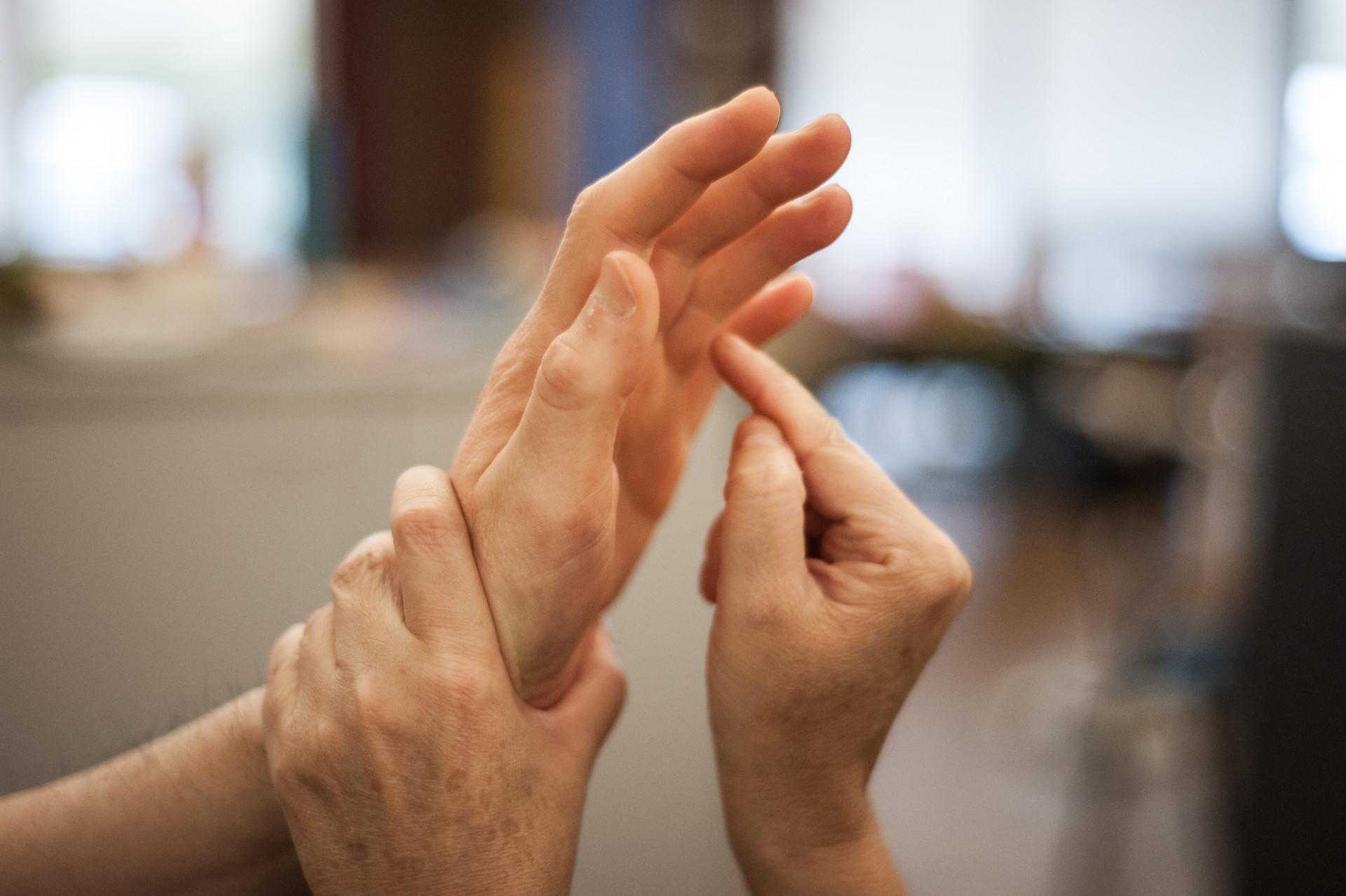 Le mani di due persone che comunicano con il metodo Malossi.