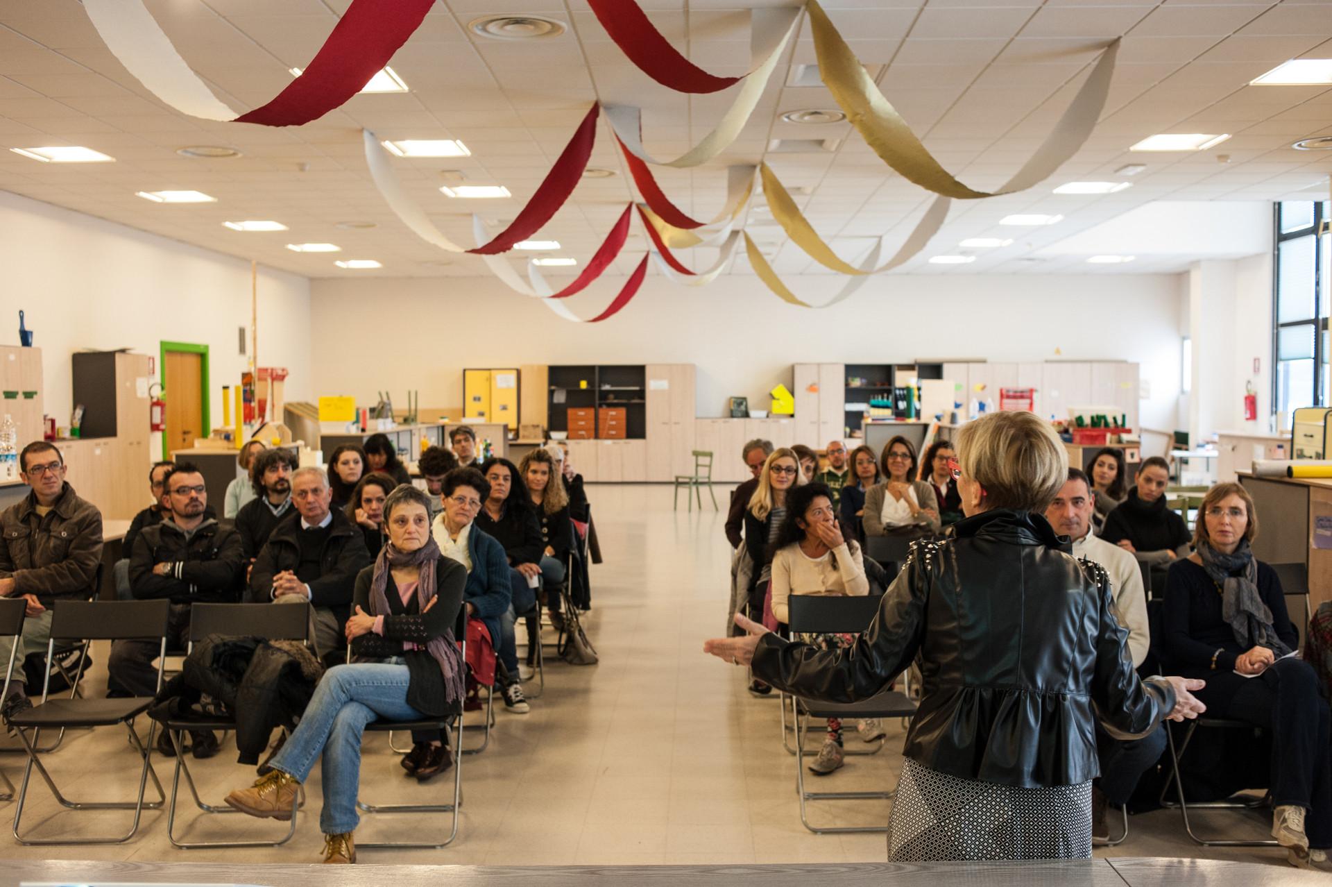 Corsi di formazione: aspiranti volontari seduti in una grande aula ascoltano le parole della Dott.ssa Ceccarani