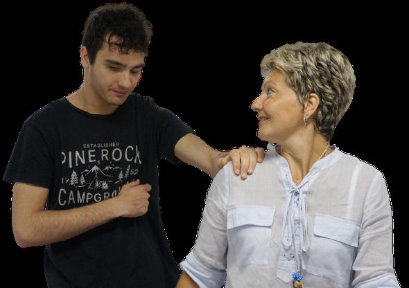 Francesco maiolini, un nostro utente cammina accompagnato dalla sua educatrice.
