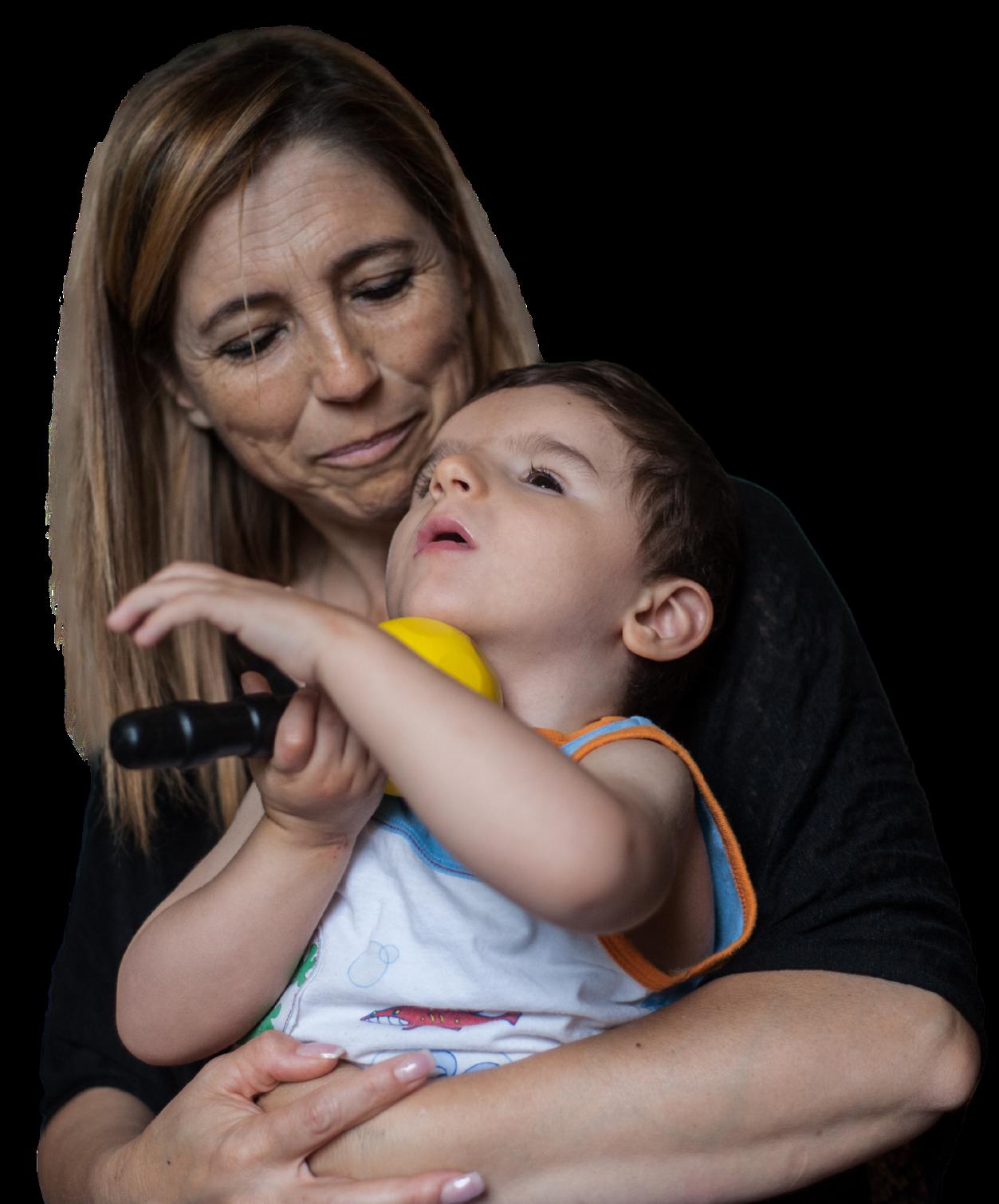 Mamma Antonella tiene in braccio Nicolò. Lo guarda con un sorriso di tenerezza.