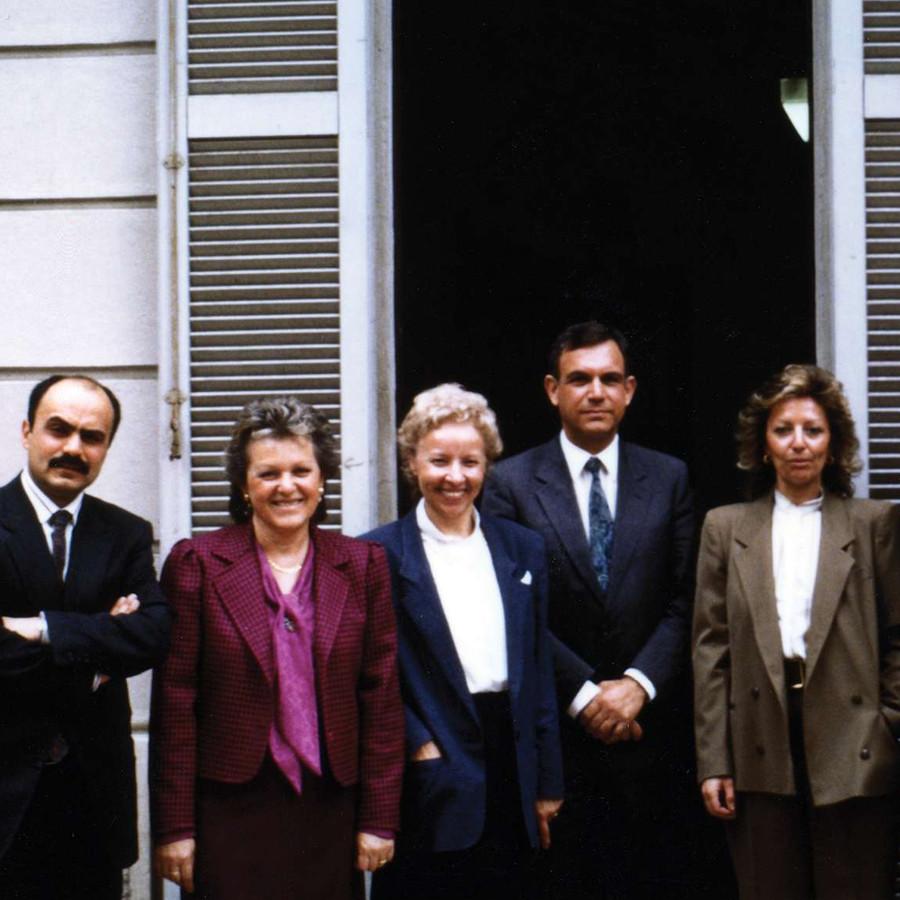 Foto di gruppo di sei persone davanti all'ingresso della Sede di Milano. Sono in sei, tutti vestiti in modo elegante, il primo sulla sinistra è Rossano Bartoli.