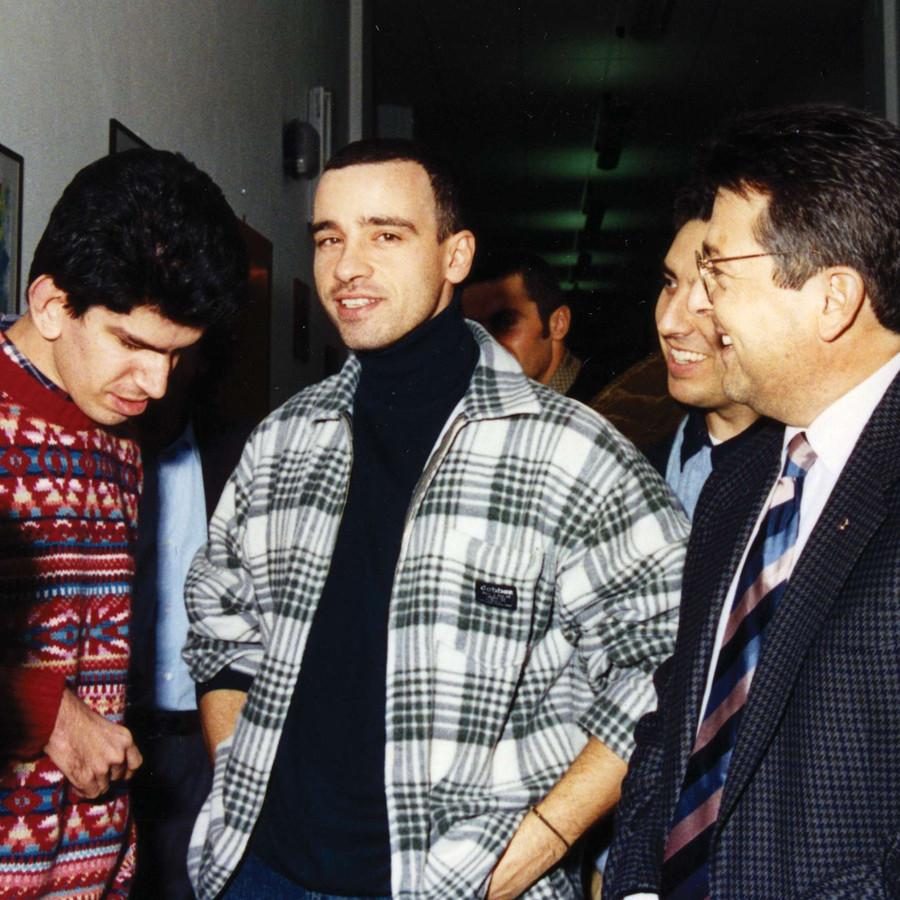 Eros Ramazzotti, cantante, incontra un utente sordocieco. Intorno ci sono altre persone, sorridenti.