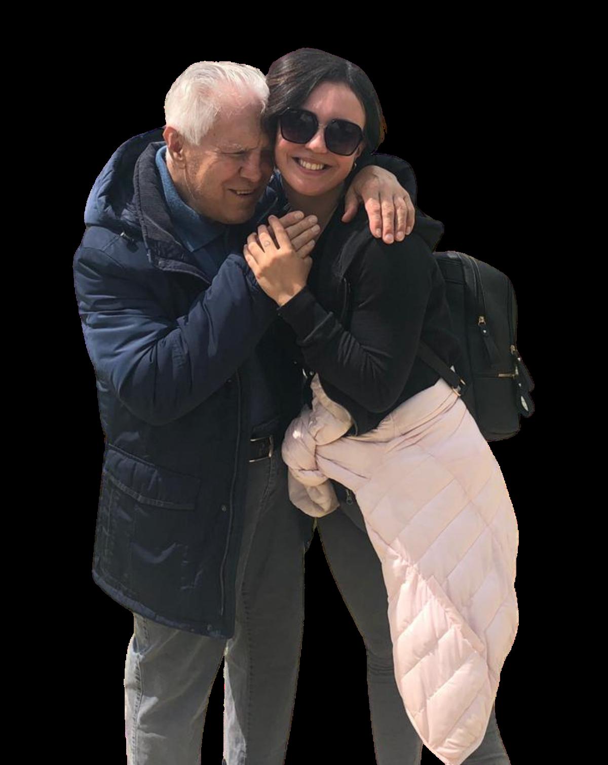 Tanya abbraccia un utente e intanto sorride. Immagine senza sfondo.