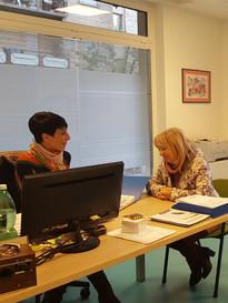 2 Operatrici lavorano negli uffici della Sede Territoriale di Roma della Lega del Filo d'Oro