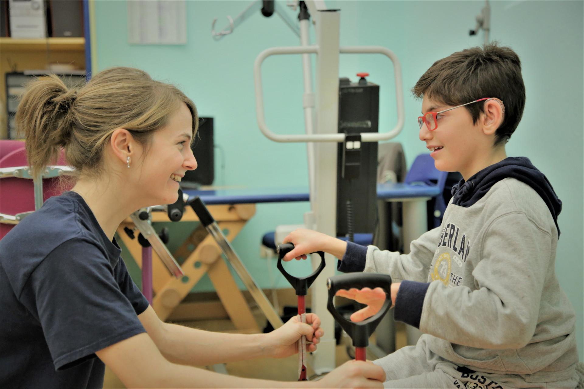 Federico durante una seduta di fisioterapia