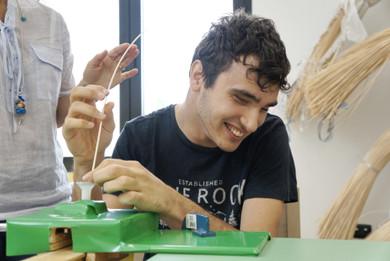 Francesco lavora il midollino nel laboratorio di riabilitazione per costruire dei cestini