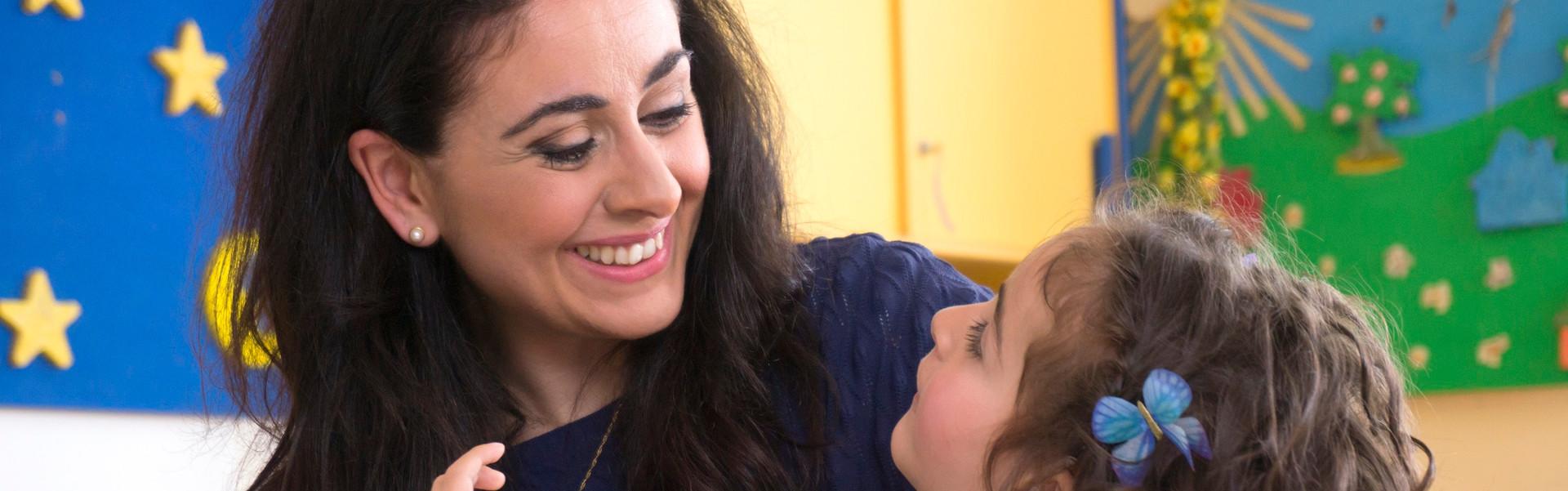 La piccola Sofia è in braccio alla mamma che le sorride
