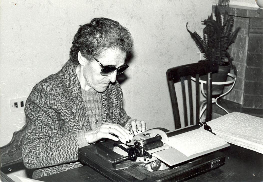 Sabina Santilli, fondatrice della lega del Filo d'Oro scrive alla macchina dattilografica. Foto d'epoca in bianco e nero