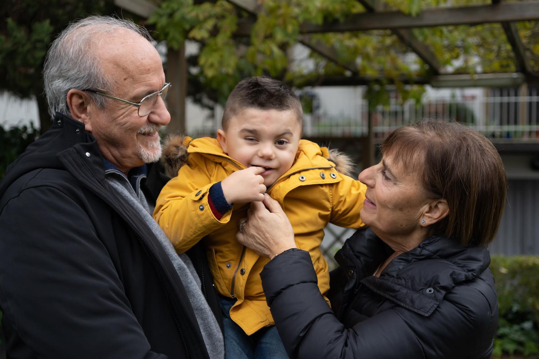 Il piccolo Leonardo è in braccio ai suoi nonni che gli dimostrano tutto il loro affetto