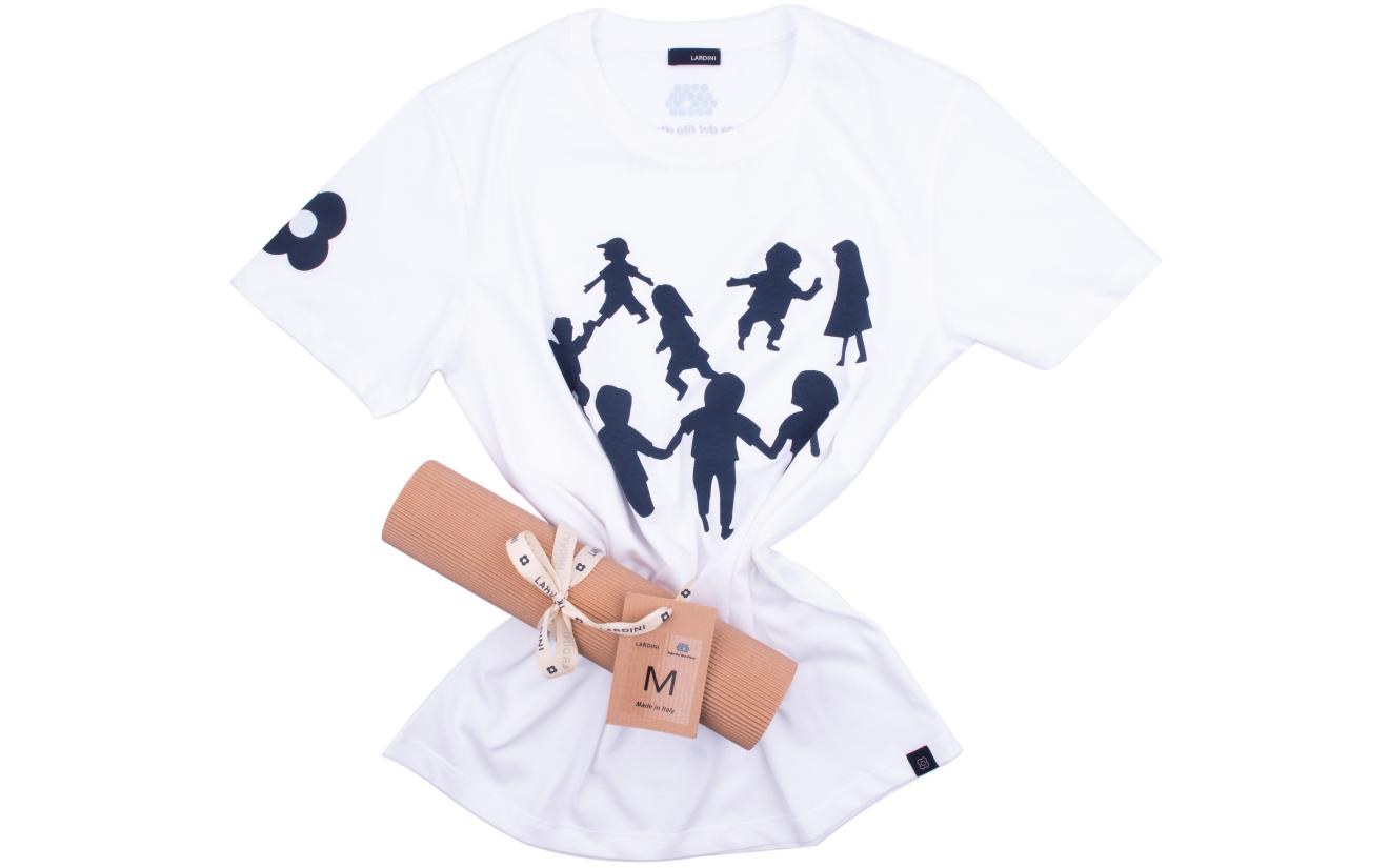 T-shirt Lardini realizzata da Clio Moretti Lardini e raffigurante 8 bambini che giocano. T-shirt realizzata per il progetto Laboratorio del Filato per una partnership con la Fondazione Lega del Filo d'Oro