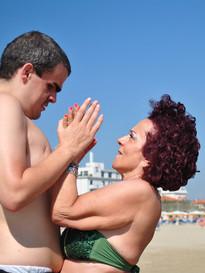 Giovane con volontaria al mare