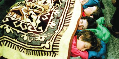 1997+-+Bambini+albanesi+dormono+sul+pavimento+del+centro+di+accoglienza+di+Brindisi